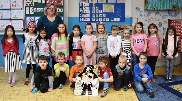 Žáci 1.AZŠ Školní vKadani paní učitelky Jiřiny Vaníčkové. Třída si říká Klub Pirátů.