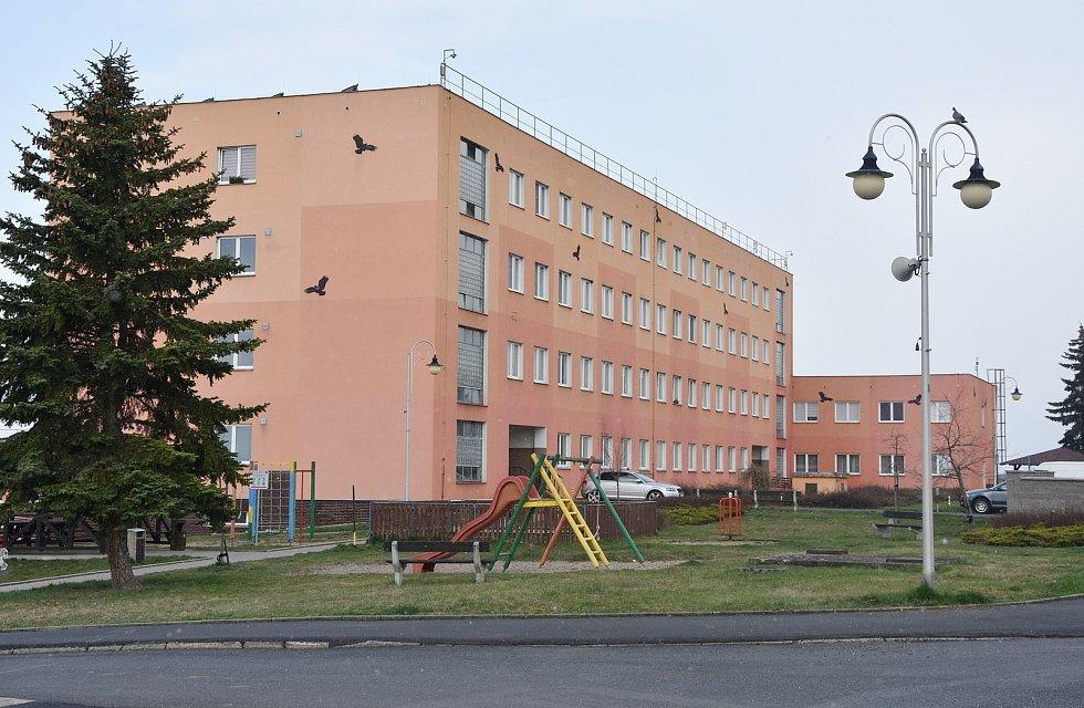 Bytový dům vznikl přestavbou bývalých kasáren v Hrušovanech. Místní lidé mají k využití i parkoviště, sportovní a dětské hřiště či zahrádky.