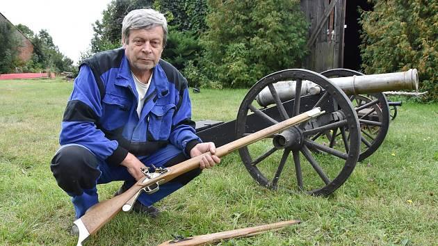 Václav Paar s puškami a kanóny, které vyrobil.