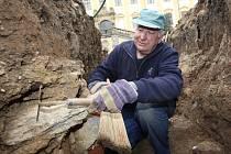Archeologové prohledávali okolí zámku Červený Hrádek u Jirkova. Na snímku archeolog Jan Čapík