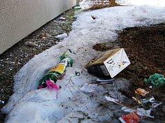 """ZÁTIŠÍ S KRABICOVÝM VÍNEM, dole pak s kartonem a obaly od sušenek, sníh ukrýval """"poklady"""", v tomto případě u panelových domů na Březenecké. Na odpadky je ale možné narazit po celém městě."""