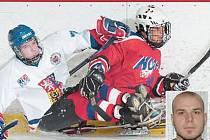 STŘET. K povinnostem útočníka nepatří jen střílení gólů, ale i bránění. Na snímku Michal Geier (také ve výřezu) ve střetu s korejským protivníkem.