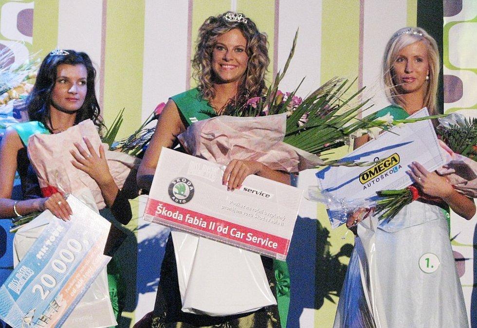 Vítězky. Zleva - 1.  vicemiss Karolína Pollakova, Miss Kadaně Jana Vinopalová, 2. vicemiss Žaneta Pavlíčková