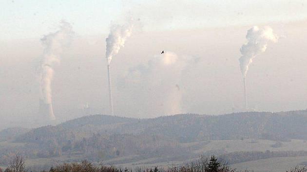 Pohled z Krušných hor na Chomutovsku ve smogu.