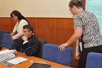 Jaroslava Lochařová (vlevo) a Šárka Hatašová před zahájením úterního jednání soudu, které pokračuje i dnes a v pátek.