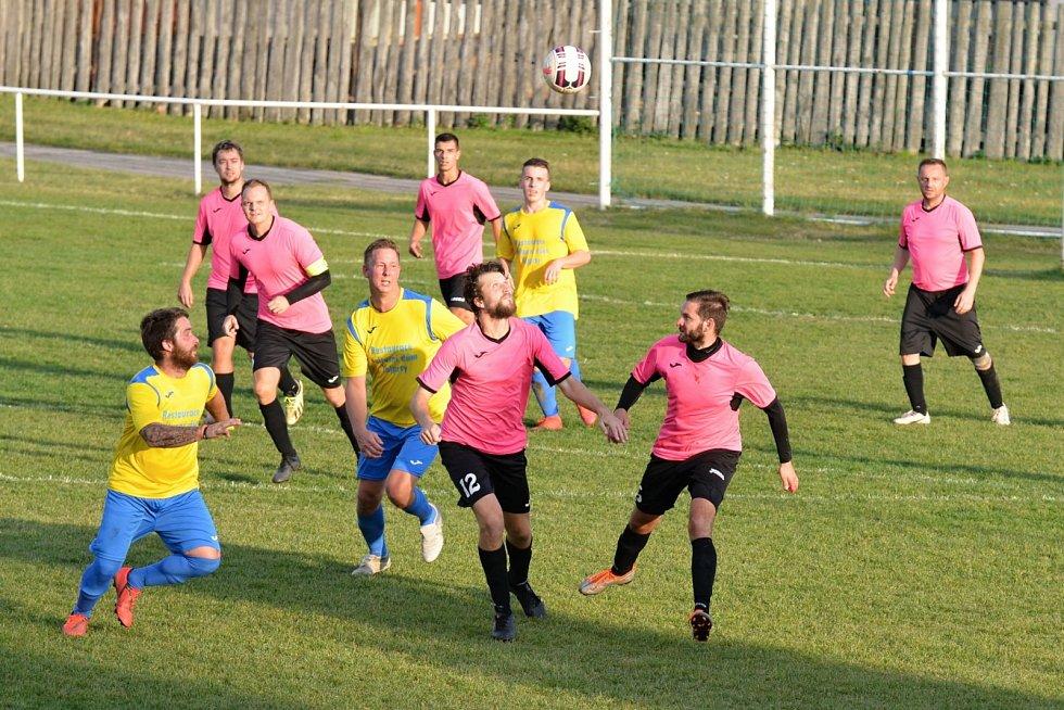Málkov v růžových dresech doma porazil Vejprty na penalty.