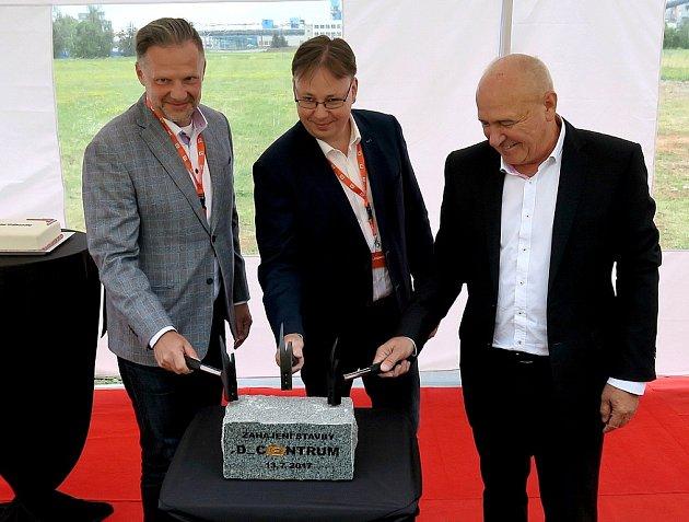 Generální ředitel ČEZ ICT Services Vítězslav Bogač, místopředseda představenstva Skupiny ČEZ Martin Novák a ředitel Elektráren Tušimice a Prunéřov Otakar Tuček (zleva) klepou na symbolický základní kámen.