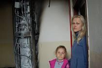 Tereza Buralová s šestiletou dcerkou na prahu svého bytu. Dvakrát před ním hořelo.