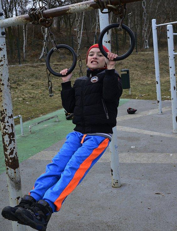 Děti si hrály na hřišti na sídlišti Borek v Jirkově.
