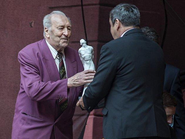 Miloslav Král přebírá cenu z rukou starosty Klášterce Štefana Drozda.