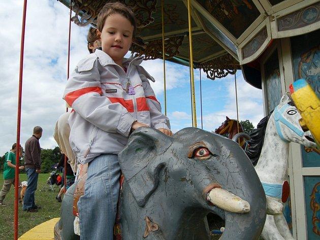 Oslavy svátku Letnic - starý kolotoč pro děti.