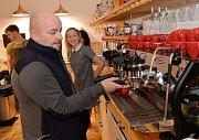 Zdeněk Izer v pražírně kávy Jacques v Chomutově