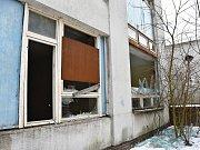 Původně byla okna a dveře zabezpečené deskami, nevydržely ale.