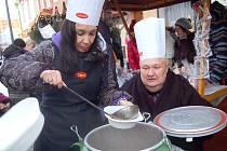 Herečka Nela Boudová a její kolega Václav Glazar včera na charitativním adventu v Jirkově prodávali gulášovou polévku. Veškerý výtěžek z trhu jde na akci Jirkov jede o 106.