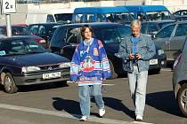 RADĚJI AUTEM. Objednaných autobusů na středeční zápas využila jen hrstka fanoušků, většina jich dorazila v autech, všechna parkoviště byla plná. Pravidelná linka do areálu zatím nevede.