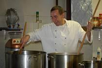 Jiří Štrop se má v zámecké kuchyni co otáčet, se svým týmem tu vaří tisíc porcí svíčkové.