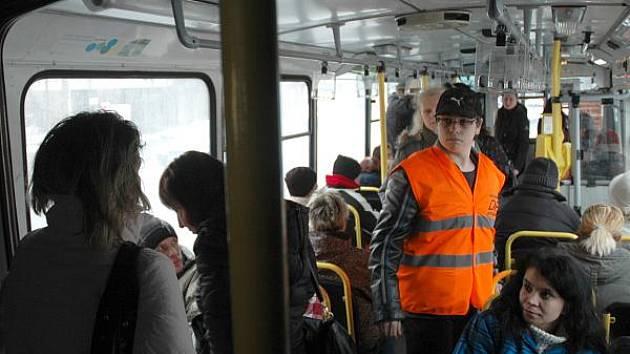 V chomutovské MHD jezdí stevardi, kteří popohánějí cestující, aby zaplnili místa v celém voze.