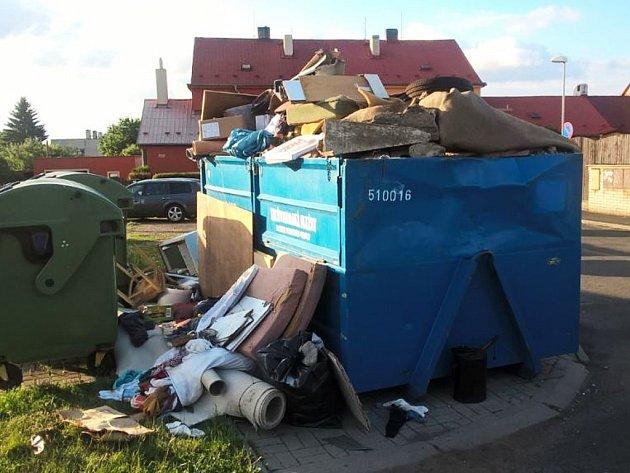 Takhle dopadl kontejner v jirkovské Křížkově ulici