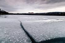 Prasklá ledová plocha Kamencového jezera má v nejsilnějších místech zhruba šest centimetrů
