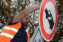 Udržovat dopravní značení ve městě je úkolem pracovníků provozovny Místní komunikace. Na snímku Tomáš Kulhánek.