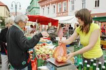 Ve stánku s ovocem a zeleninou nabízeli několik odrůd jablek od deseti korun, švestky, mošt i český česnek.