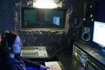 Petra Šantrůčková ve vlastním nahrávacím studiu.