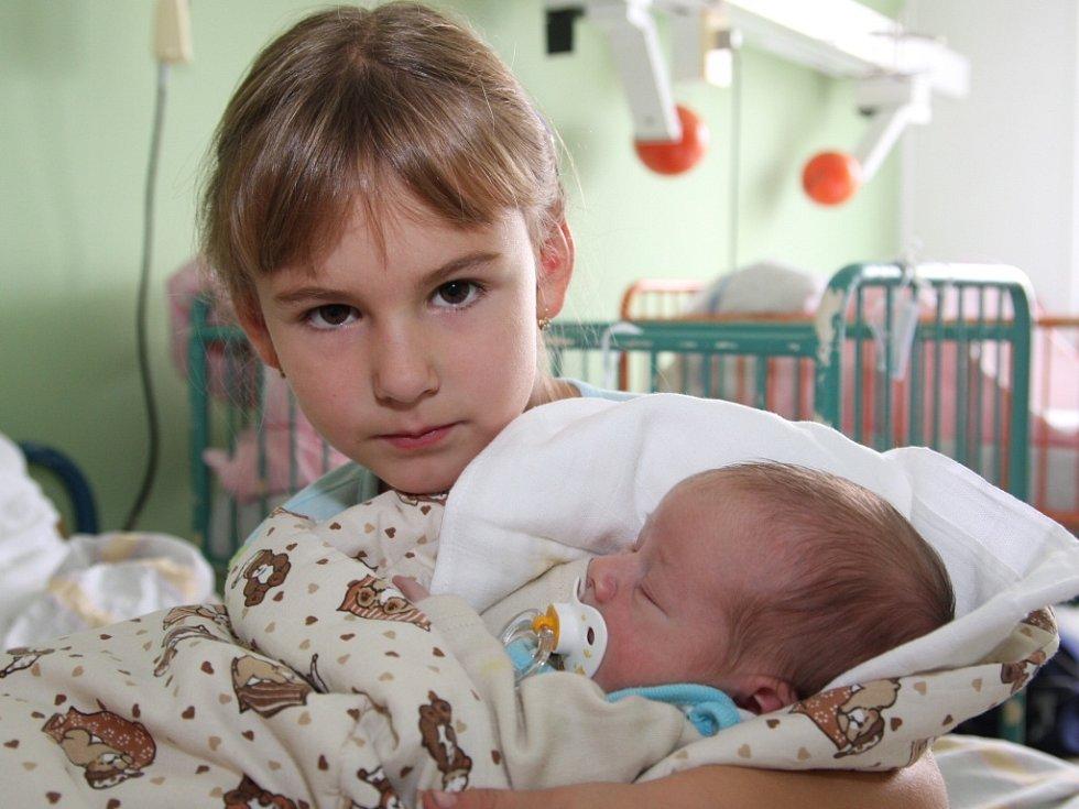 David Rezek z Března u Chomutova přišel na svět 27.9. 2008 ve 3.50 hodin v chomutovské nemocnici. Měří 52 centimetrů a váží 3,60 kilogramů. Na snímku je se sestrou Deniskou, maminka je Lenka Rezková.