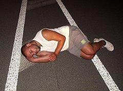 Muž si ustlal přímo na silnici.