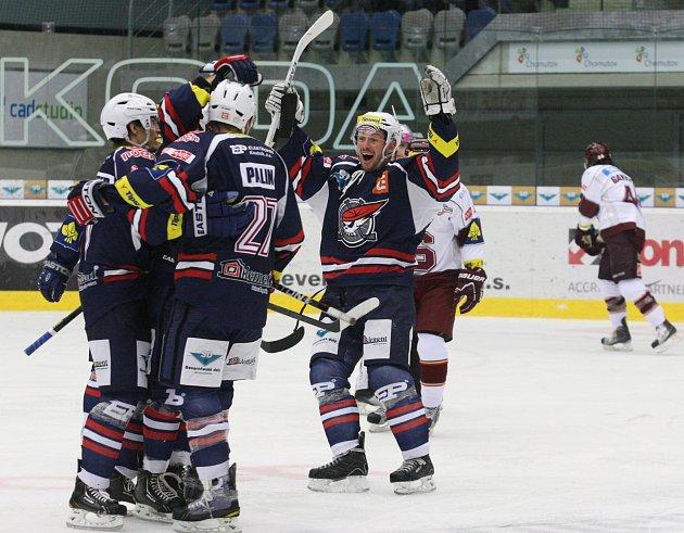 CHomutovští Piráti se radují po vstřelení gólu do sítě Sparty.