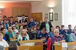 Na zasedání zastupitelstva dorazilo několik desítek hokejových fanoušků, kteří přišli podpořit zachování klubu ve městě.
