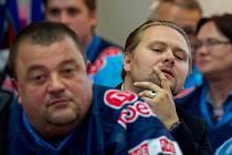 Na zasedání zastupitelstva dorazilo několik desítek hokejových fanoušků. Nejaktivnější byl Jan Oberstein (vepředu), přítomen byl i generální ředitel klubu Jaroslav Veverka mladší (vzadu).