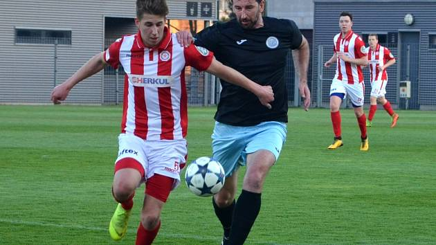 Fotbalisté Chomutova na snímku v černém v Brandýse gól nedali.