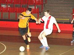 FC Atletiko Chomutov (v bílém), si připsalo další tři body.