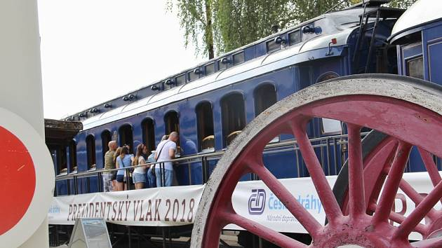 Vlak stojí v Chomutově až do neděle.