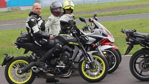 """Zhruba tisíc motorkářů letos projde zdokonalovacími kurzy s názvem """"Učme se přežít."""""""