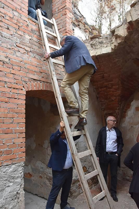 Kdo chtěl vidět provedené práce v prvním patře, musel po žebříku. Výjimkou nebyl ani velvyslanec Norského království.