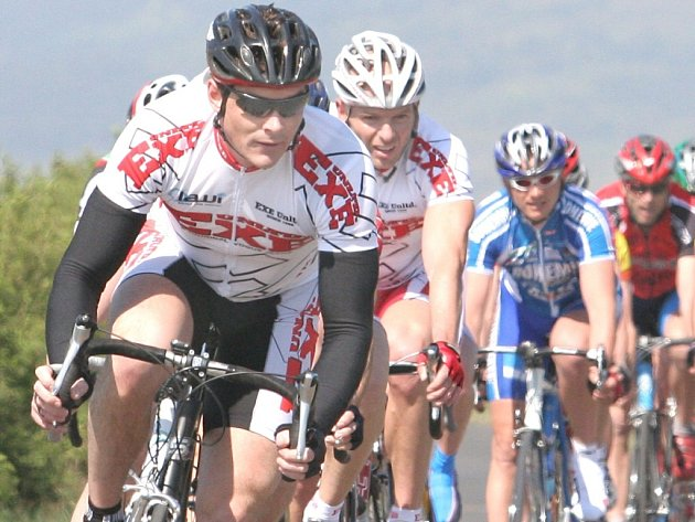 Březenskému kritériu veleli v kategorii třicátníků jezdci Exejeans Chomutov, vedoucí Gustav Konopka vymýšlel a Petr Prokeš ze závěsu vítězně spurtoval.