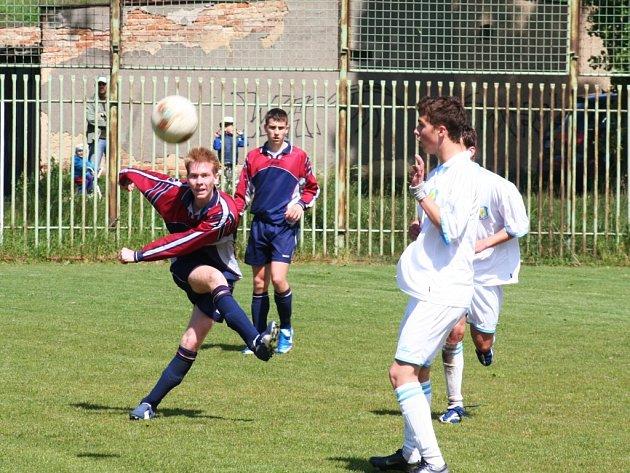Fotbal dorost-divize,Chomutov - FK Cheb. Domácí hráči v tmavém.