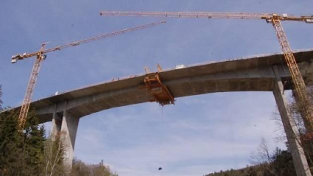 Nově vzniklý most přes údolí Hačky.