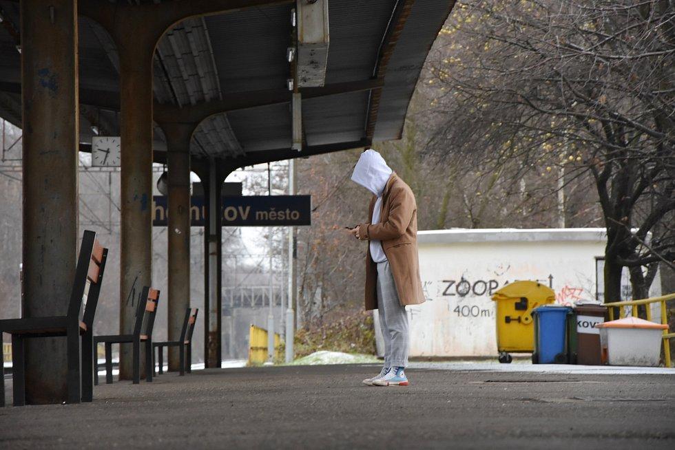 Obnova se nebude týkat jen samotné železniční trati, ale i stanic, jejich budov, vestibulů, nástupišť a podchodů. Na snímku je železniční zastávka Chomutov - město.