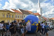 Studenti valili globus Kadaní k hradbám hradu