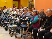 Společným dárkem pro obyvatele kadaňského domova pro seniory bylo povídání s Ivou Hüttnerovou.
