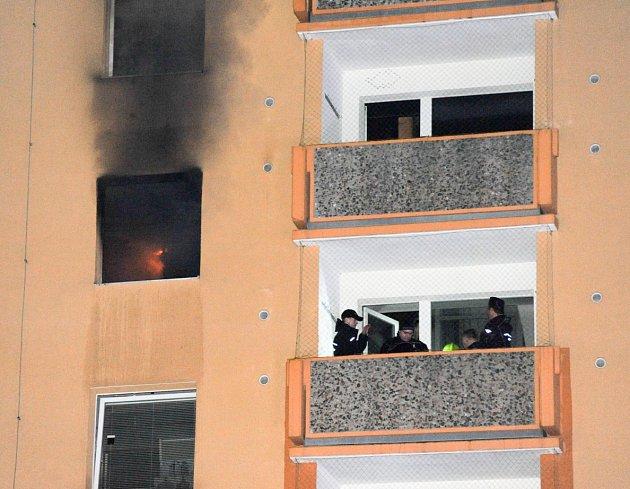 Vpaneláku Na Borku vJirkově hořelo. Plameny vyšlehly zřejmě po přechozím výbuchu.