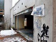 Bývalou školu na Kamenném Vrchu využívali bezdomovci jako své útočiště, láká ale také děti.