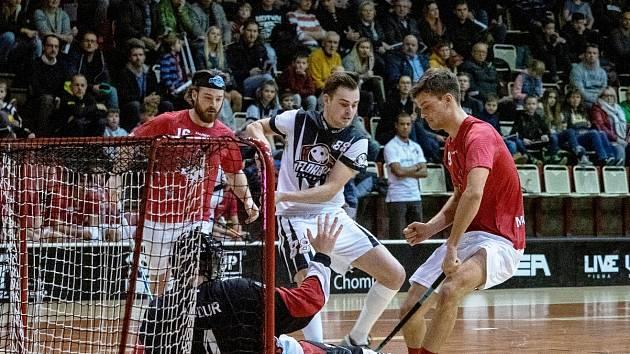 Snímek je z prvního přátelského utkání Florbal Chomutov-junioři (v bílém) proti výběru Kanady.