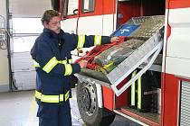 Zdeněk Apolen z tušimické jednotky profesionálních hasičů Skupiny ČEZ kontroluje stav dýchací techniky.