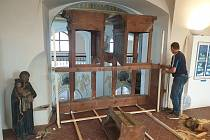 Barokní varhany se vrátily do chomutovského kostela sv. Ignáce z pražského Karolina. Na místě je sestavil varhanář Josef Hroch.
