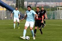 Střelec jediného gólu Chomutova Martin Boček v modrém.