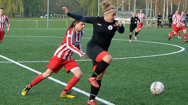 Fotbalistky společného týmu Souše a Ervěnic (v červeném) jsou po podzimní části divize A třetí.