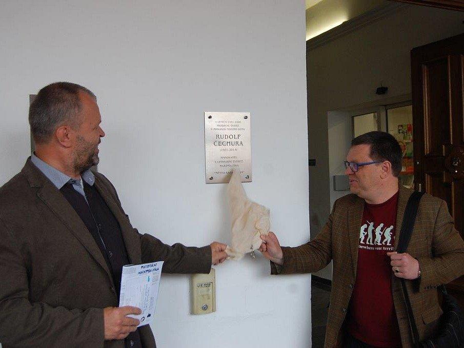 ODHALENA. Pamětní desku společně odhalili starosta Kadaně Jiří Kulhánek a historik Petr Hlaváček.